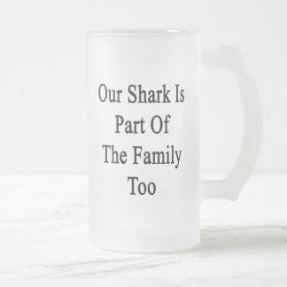 Nuestro tiburón es parte de la familia también taza