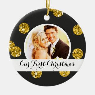 Nuestros primeros puntos del oro del ornamento el adorno navideño redondo de cerámica