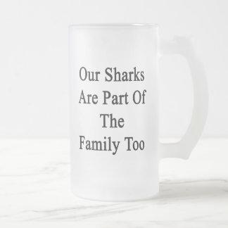 Nuestros tiburones son parte de la familia también taza