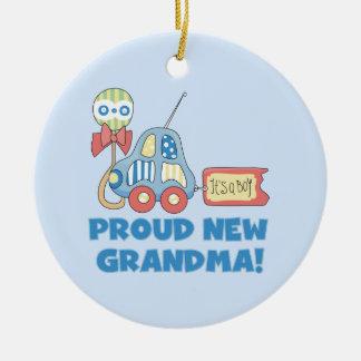 Nueva abuela orgullosa es regalos de un muchacho adorno navideño redondo de cerámica