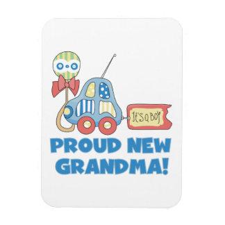 Nueva abuela orgullosa es regalos de un muchacho imanes flexibles