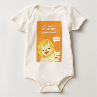Nueva adición del pequeño león a la familia TAN Body De Bebé