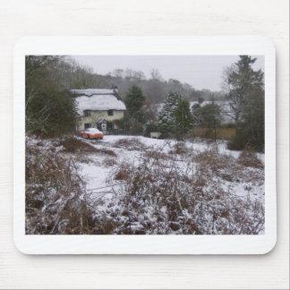 Nueva cabaña del bosque en nieve tapetes de ratón