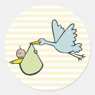 Nueva cigüeña del bebé y del vuelo pegatina redonda