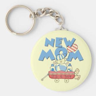 Nueva mamá es camisetas y regalos de un muchacho llavero redondo tipo pin