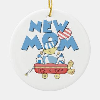 Nueva mamá es regalos de un muchacho adorno navideño redondo de cerámica