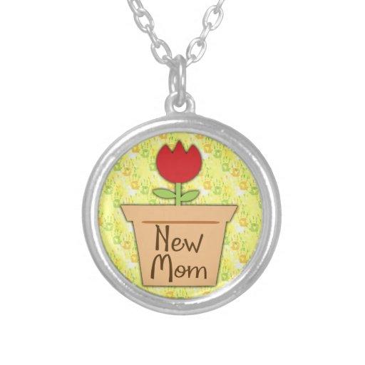 Nueva mamá, flor roja linda del tulipán pendientes