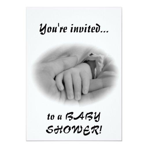 Nueva mamá y bebé que sostienen la foto de las invitación 12,7 x 17,8 cm