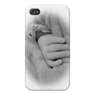 Nueva mamá y bebé que sostienen la foto de las man iPhone 4 cobertura