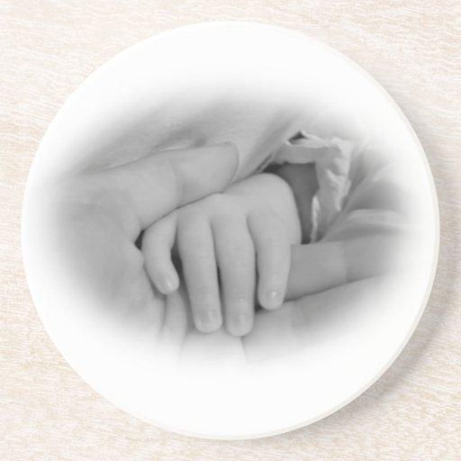Nueva mamá y bebé que sostienen la foto de las man posavasos diseño