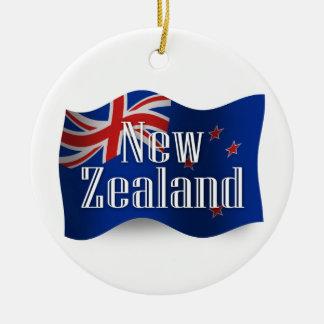Nueva Zelanda que agita la bandera Adorno Navideño Redondo De Cerámica