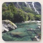 Nueva Zelanda, río de Cleddau por el camino de Mil Posavasos De Bebidas