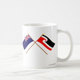 Nueva Zelanda y banderas cruzadas gente maorí Tazas De Café