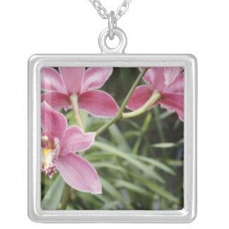 Nuevas flores rosadas del amanecer (Cymbidium) Colgante Personalizado