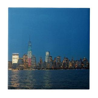 Nuevas luces de la noche de New York City los E.E. Azulejos
