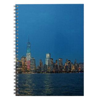 Nuevas luces de la noche de New York City los E.E. Cuadernos