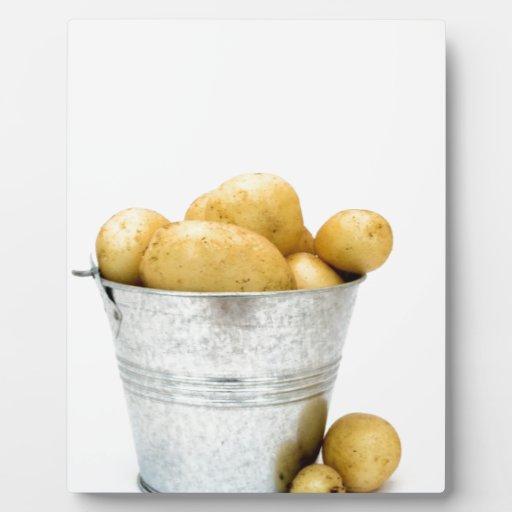 Nuevas patatas orgánicas placas con foto