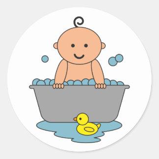 Nuevo bebé en bañera pegatina redonda