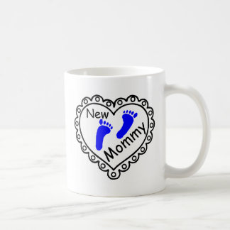 Nuevo corazón del azul del muchacho de la mamá taza básica blanca