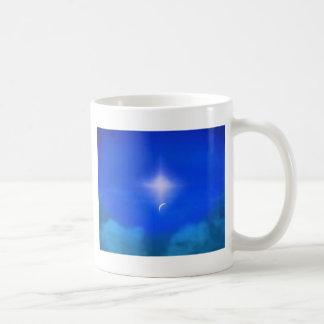 Nuevo día hermoso en los cielos taza de café