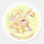 Nuevo ejemplo del conejo del bebé de la primavera pegatina redonda