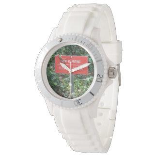 Nuevo establecimiento con el reloj blanco del