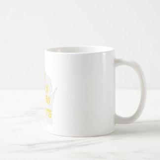 Nuevo oro unido del logotipo del consejo en gris taza básica blanca