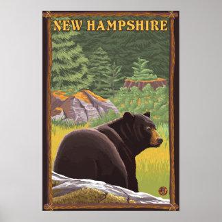 Nuevo oso de HampshireBlack en bosque Póster