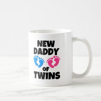 Nuevo papá de los gemelos divertidos taza clásica