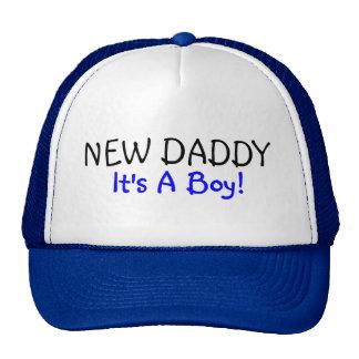 Nuevo papá su un azul del muchacho gorros bordados