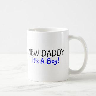 Nuevo papá su un azul del muchacho tazas de café