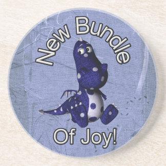 Nuevo paquete de alegría con el fondo azul del azu posavasos cerveza