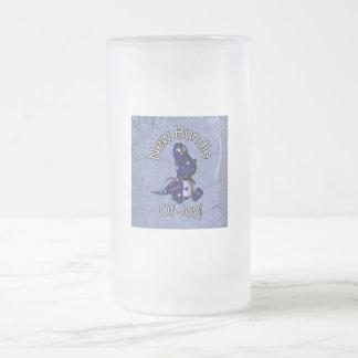 Nuevo paquete de alegría con el fondo azul del taza cristal mate