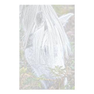 Nuevo potro blanco salvaje del bosque que pasta en papeleria de diseño