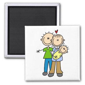 Nuevos padres con las camisetas y los regalos del  imanes