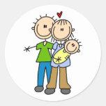 Nuevos padres con las camisetas y los regalos del  etiquetas