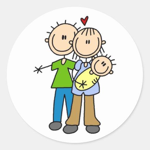 Nuevos padres con las camisetas y los regalos del etiquetas redondas