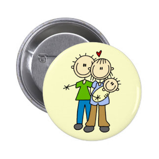 Nuevos padres con las camisetas y los regalos del  pin redondo de 2 pulgadas