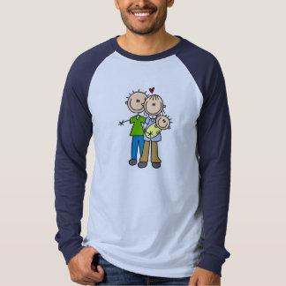 Nuevos padres con las camisetas y los regalos del remeras