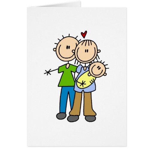 Nuevos padres con las camisetas y los regalos del  felicitaciones