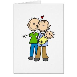 Nuevos padres con las camisetas y los regalos del  tarjeta de felicitación