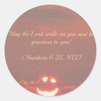 Numera la cara del smiley del 6:25 etiqueta redonda
