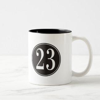 Número 23 - Círculo negro (frente) Taza De Dos Tonos