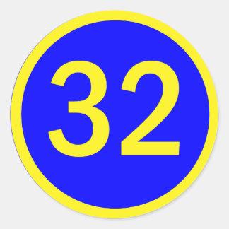 número 32 en un círculo pegatina redonda