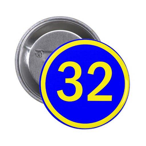 número 32 en un círculo pins