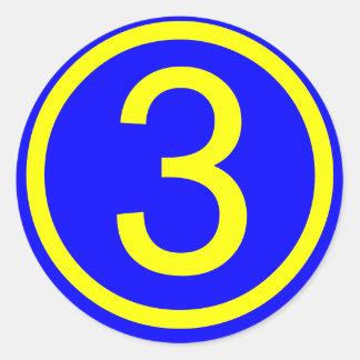número 3 en un círculo fondo azul etiquetas