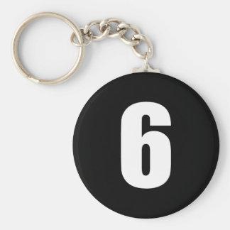 número 6 en blanco en llavero negro del botón