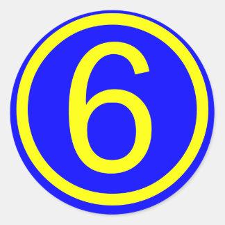 número 6 en un círculo, fondo azul pegatina redonda
