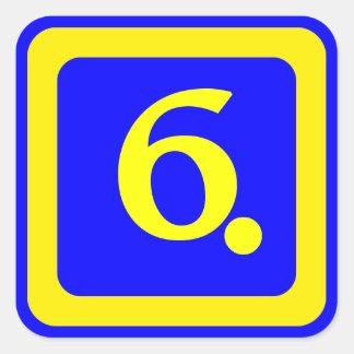número 6, fondo azul, marco amarillo calcomanía cuadrada