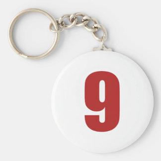 Número 9 en rojo en el llavero blanco del botón